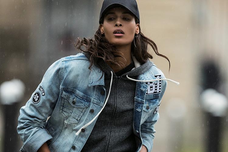 파리의 거리 위를 접수한 자유로운 블루::데님,블루,청청,청바지,청자켓,패션화보,패션,엘르화보,화보,엘르,elle.co.kr::