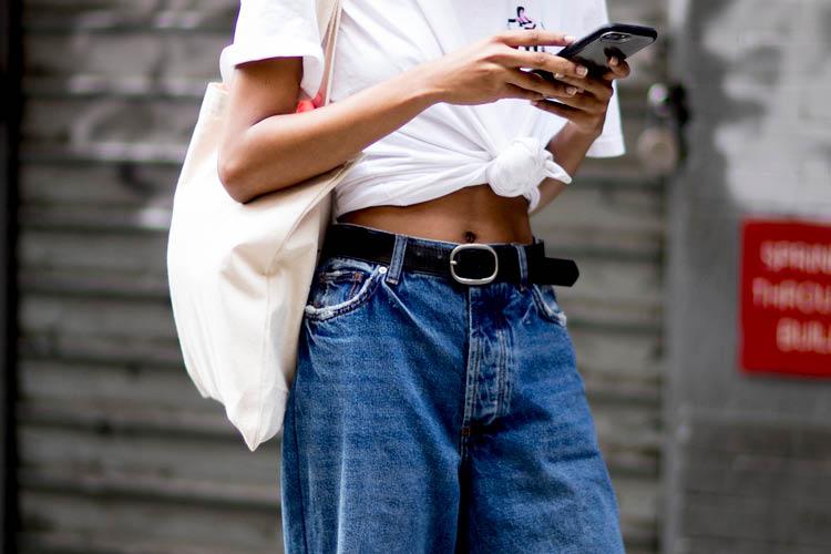 청바지가 잘 어울리는 여자~가 되기 위한 베이식한 스타일링 TIP ::흰티, 화이트, 티셔츠, 청바지, 데님, 블루, 베이식, 패션, 스타일, 스타일링, 엘르, elle.co.kr::