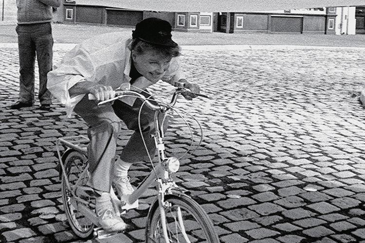 브레이크 없이 전력 질주하는 그 시절::아카이브,게리홀턴,케서린헵번,바이크,자전거,엘르,elle.co.kr::