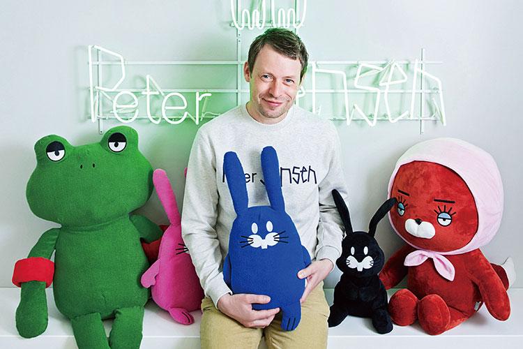 천재 그래픽 디자이너 피터 젠슨이 서울 명동에 두 번째 매장을 오픈했다::피터젠슨,그래픽디자이너,명동매장,런던,인터뷰,디자이너,협업,컬래버레이션,콜라보,엘르,elle.co.kr::