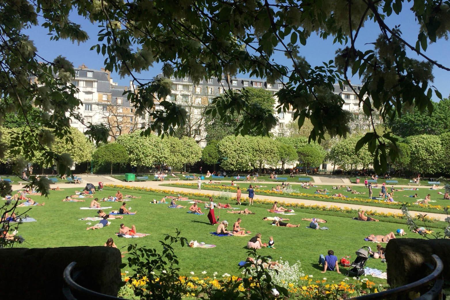 파리에 여름이 오고 있다. 크고 작은 파리의 공원들에선 본격적인 여름맞이가 한창이다