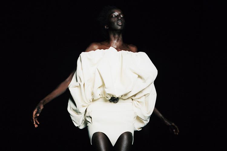 순백의 컬러 속에 깃든 싱그러운 계절의 감성::화이트,백색,흰색,순백,드레스,패션화보,엘르화보,화보,패션,엘르,elle.co.kr::
