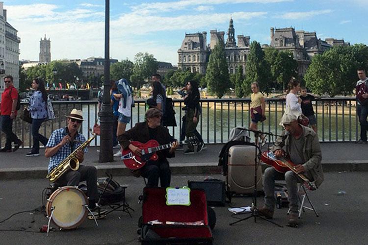음악으로 하나된, 프랑스 음악 축제가 열렸다 ::음악, 거리공연, 파리, 여행, 프랑스, 축제, 어쿠스틱, 소확행, 엘르, elle.co.kr::