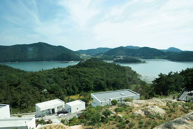남해의 경계와 만나는 작은 마을 고흥은 산과 바다, 책에 둘러싸이기 좋은 곳이다.