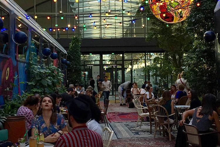 XXL 사이즈의 초대형 레스토랑에서 100년 전 파리지엔 카페를 부활시킨 칵테일 바까지, 구글 맵에 새롭게 저장해야 할 파리 신상 플레이스 :: 파리, 여행, 스폿, 카페, 레스토랑, 맛집, 소확행, 파리여행, 파리핫플레이스, 여행지, 현지, 젊은 , 엘르, elle.co.kr::