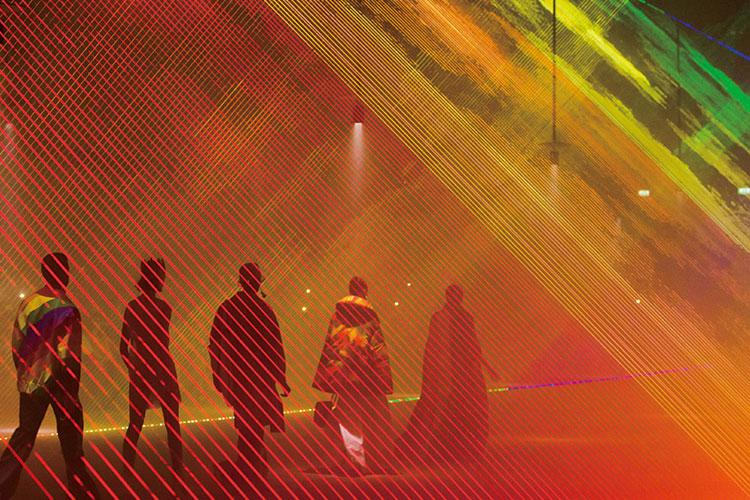 뉴 시즌 컬렉션에서 포착한 가장 아름다운 신을 공개한다 ::런웨이, 컬렉션, 레인보우, 패치워크, 그래피티, 숲, 샤넬, 발렌시아가, 루이비통, 생로랑, 에펠탑, 엘르, elle.co.kr::