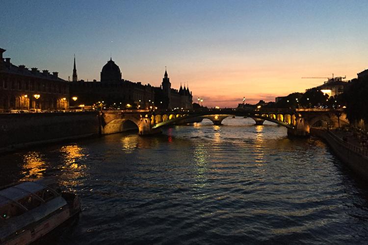 파리의 밤은 어떨까? 긴 밤을 낭만으로 채워줄 파리의 놀 거리 ::파리, 파리여행, 여행, 프랑스, 프랑스여행, 뮤지엄, 박물관, 피크닉, 해외여행, 엘르, elle.co.kr::