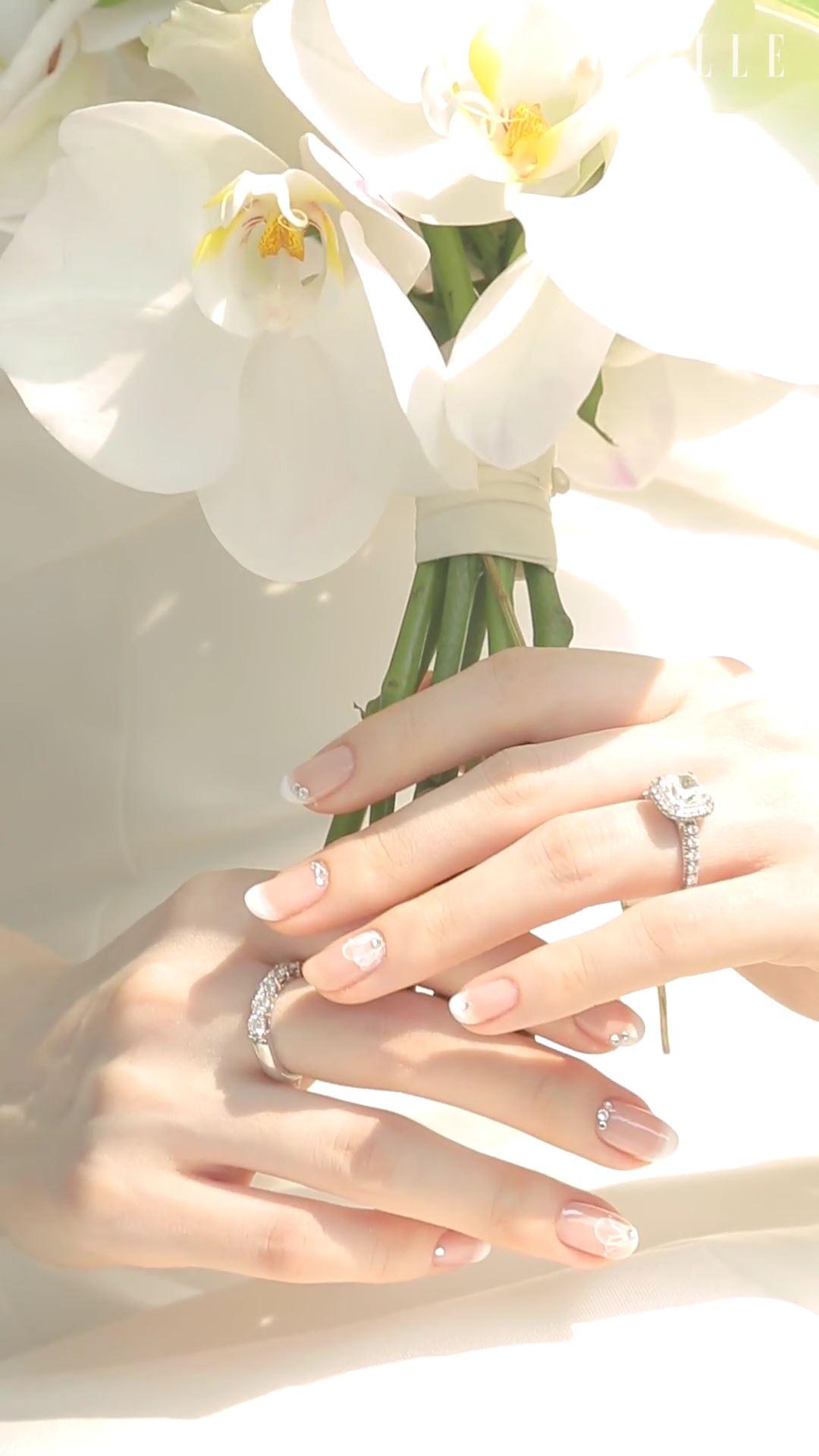 영원한 사랑을 약속하는 그 순간을 함께하는 부케와 웨딩 링. 그녀의 손가락을 더욱 아름답게 빛내줄 웨딩 네일 아이디어 3.