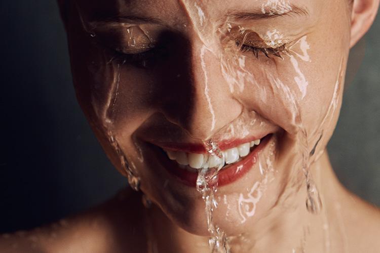 당신의 샤워의 질을 업그레이드 시켜줄 아이템을 소개한다::샤워,각질제거,피부관리,발뒤꿈치,각질,샤워템,보습,보디로션,샤워젤,샤워팁,샤워꿀팁,보디,목욕,뷰티,엘르,elle.co.kr::