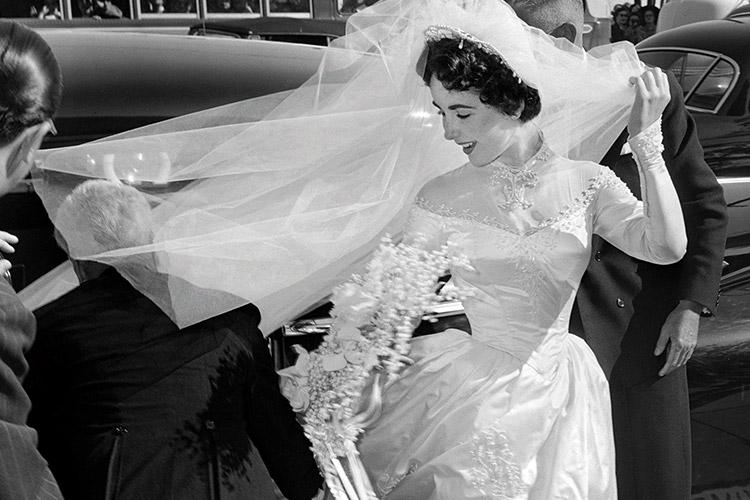 아카이브 속의 다양한 웨딩드레스만큼 다양한 베일의 로맨틱한 순간을 모았다::웨딩베일,면사포,베일,아카이브,스타,결혼,결혼식,신부,웨딩,브라이드,엘르 브라이드,엘르,elle.co.kr::