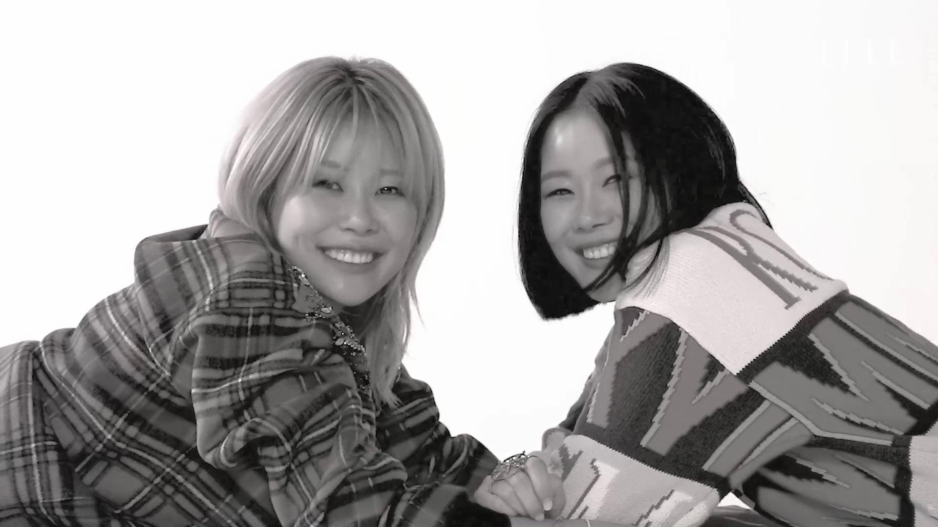 데칼코마니처럼 닮은 일란성쌍둥이 자매, 안아름과 안다움. 나이가 들며 달라진 것은 숫자뿐. 철없는 유년기의 쌍둥이 모습 그대로 쭉 함께할 거라는 그녀들을 만나보세요.