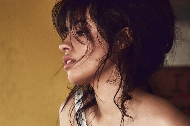빌보드와 VMA에 이어 AMA가 그녀의 두 팔에 상을 활짝 안겼다. 전 세계를 사로잡은 이 놀라운 여성에 대하여::카밀라 카베요, 하바나, HAVANA, 피프스 하모니, 쿠바, 음악, 뮤지션, 엘르, elle.co.kr::