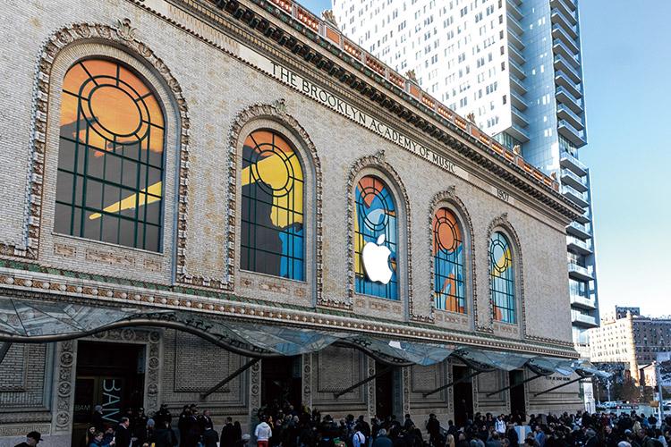 뉴욕 브루클린에서 새로운 아이패드 프로가 세상에 나오는 순간을 지켜봤다. 하드웨어와 소프트웨어 그리고 태블릿이 가진 가능성까지, 모든 것이 바뀌었다::애플, 아이패드, 아이패드 프로, 태블릿, 맥북, 맥북에어, 맥 미니, 테크, 전자제품, IT, 라이프, 엘르, elle.co.kr::
