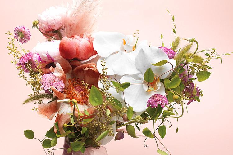 한 송이, 한 송이 마다 귀한 메시지가 담겨 있는 부케를 완성했다::부케, 웨딩 부케, 꽃, 꽃말, 웨딩, 결혼, 결혼식, 엘르, elle.co.kr::