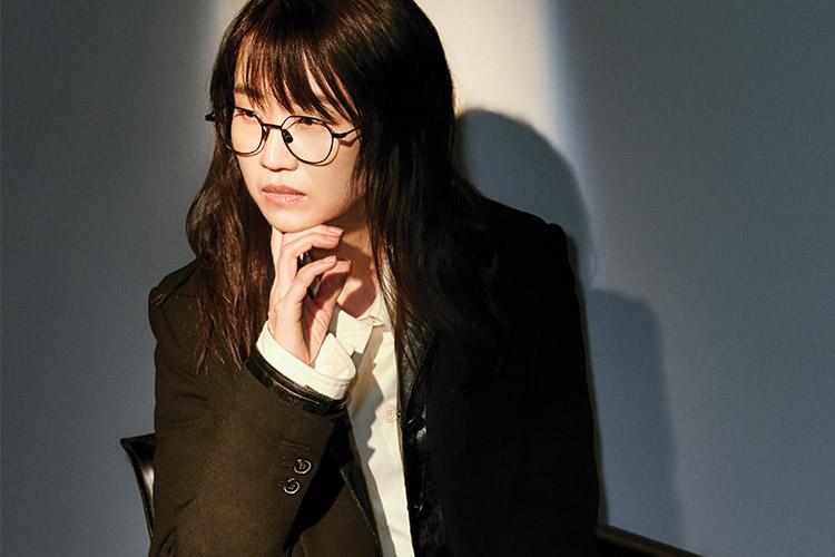 문제의식을 솜씨 좋게 풀어내는 이야기꾼, 김은희 작가. 그녀가 신작 <킹덤>으로 돌아왔다::김은희, 작가, 킹덤, 좀비, 싸인, 유령, 쓰리 데이즈, 시그널, 드라마, 인터뷰, 엘르, elle.co.kr::