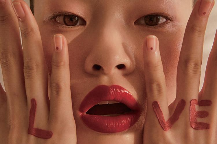 같은 색상이라도 무엇을, 어떻게 바르느냐에 따라 천차만별! 올해 당신이 알아야 할 립 메이크업 트렌드::립메이크업,입술,립스틱,화장,화보,뷰티화보,립화보,엘르,elle.co.kr::