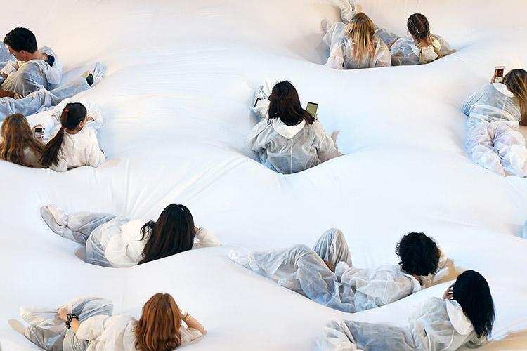 폭신한 침대 위에서 런웨이 무대를 관람하고, 현대무용 무대가 펼쳐지는 창의적인 런웨이 무대의 세계::런웨이,무대,스테이지,퍼포먼스,엘르,elle.co.kr::