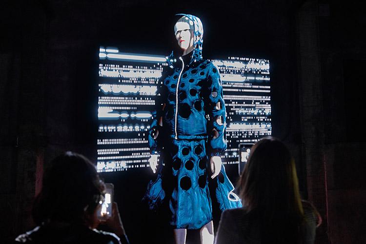 지금과는 다른 새로운 방식으로 신상품을 소개해 호기심을 자극한 브랜드::뉴컨셉,새로운방식,로저 비비에,몽클레어 지니어스,신상,소개,트렌드,패션,엘르,elle.co.kr::