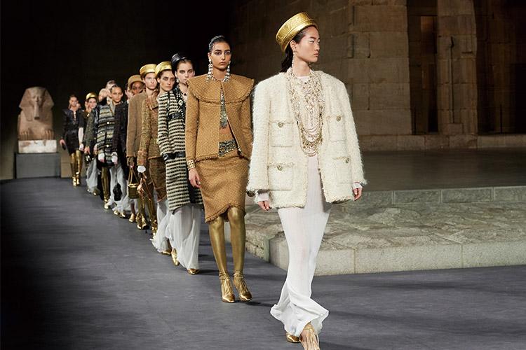빛바랜 벽호의 상형문자에서 깨어난 아름다움 위에, 칼 라거펠트와 공방의 장인들이 금빛 생명을 불어넣는 새로운 마법을 펼쳤다::샤넬, CHANEL, 칼 라거펠트, 패션쇼, 런웨이, 패션위크, 패션, 엘르, elle.co.kr::