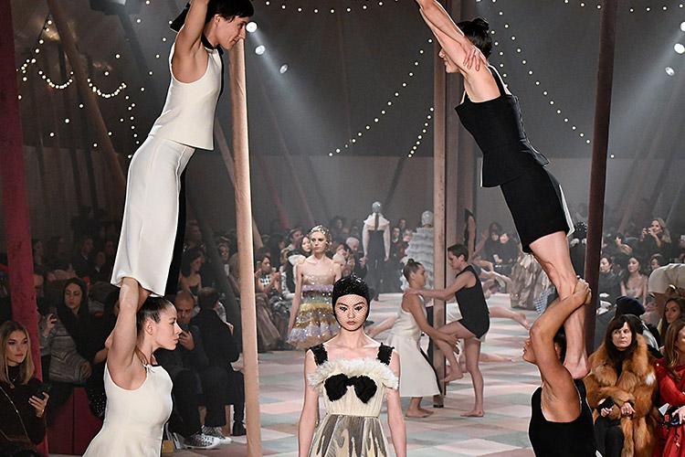 파리의 로댕 미술관 정원에 서커스장이 들어섰다. 서커스장에서 펼쳐진 패션의 마법::디올, DIOR, 파리, 패션쇼, 런웨이, 패션위크, 패션, 엘르, elle.co.kr::