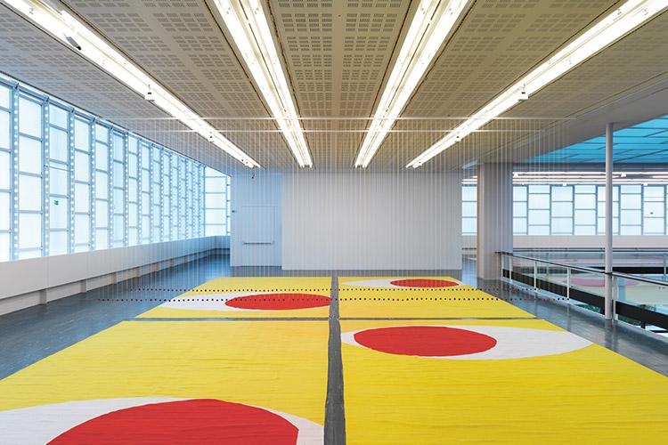 오스트리아 빈에 있는 현대미술관에 관람객들이 신발을 벗고 명상을 하기 시작했다::행복,벨버디어 21,Belvedere 21,현대미술관,오스트리아,명상,관람,엘르,elle.co.kr::