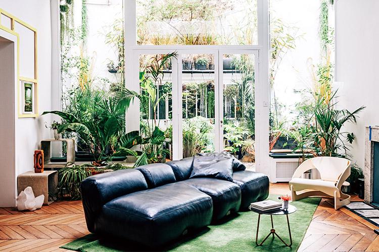 파리의 크리에이터 장 크리스토프 오마의 집. 녹색의 기운이 흐르는 오아시스 같은 곳에서 프랑스 유명 패션 하우스와 브랜드를 위한 창조적 디자인이 탄생한다::디자인, 브랜드, 패션 하우스, 프랑스, 장 크리스토프 오마, 집, 홈, 인테리어, 라이프 스타일, 엘르, elle.co.kr::