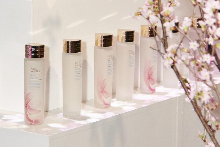 봄바람 휘날리며 흩날리는 벚꽃 잎이 에스티 로더 마이크로 에센스에 내려앉았다::에스티로더,에센스,벚꽃,스킨케어,뷰티,엘르,elle.co.kr::