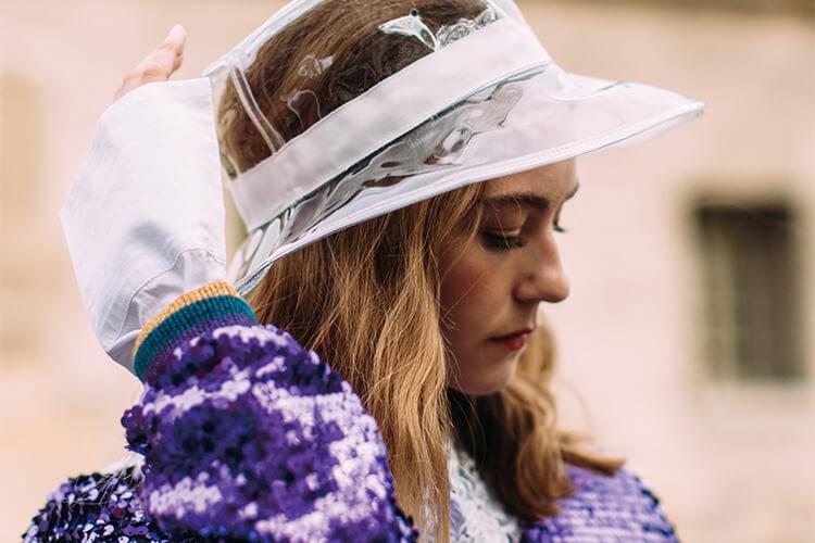 푹 눌러쓴 모자가 이렇게 시크하고 귀여웠나? 심지어 우아하기까지!::모자,스타일링,액세서리,스트리트,엘르,엘르액세서리,elle,elle.co.kr::